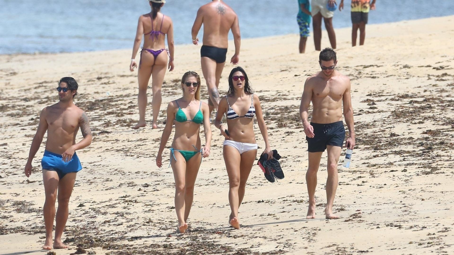 11.jan.2016 - Fiorella Mattheis e Thaila Ayala foram flagradas neste domingo (10) curtindo a praia dos coqueiros, em Trancoso, na Bahia. As duas foram acompanhadas dos namorados, que aproveitaram o bom tempo