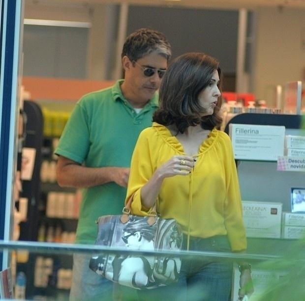 4.out.2015 - Fátima Bernardes faz compras com William Bonner em um shopping do Rio de Janeiro