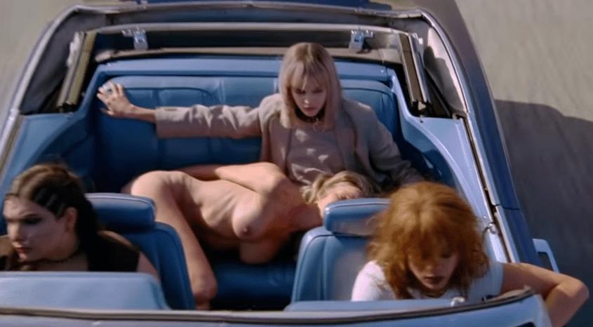 2.jul.2015 - Rihanna (ao volante) e sua equipe deixam a socialite nua e seguem em direção a um cativeiro em um carro luxuoso.