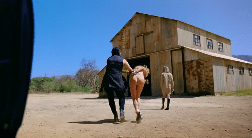 2.jul.2015 - Só de calcinha, socialite é levada por amigas de Rihanna ao cativeiro.