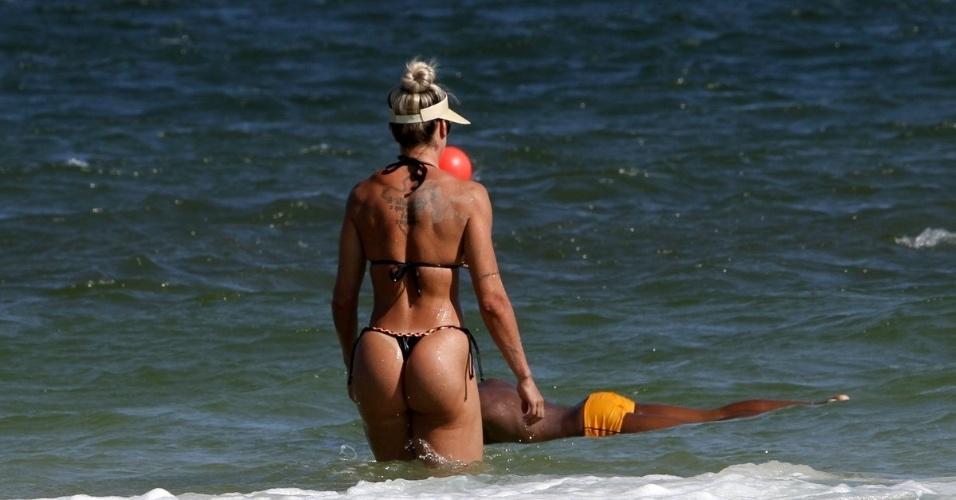 1º.fev.2016 - Juju Salimeni toma um banho de mar no Rio de Janeiro