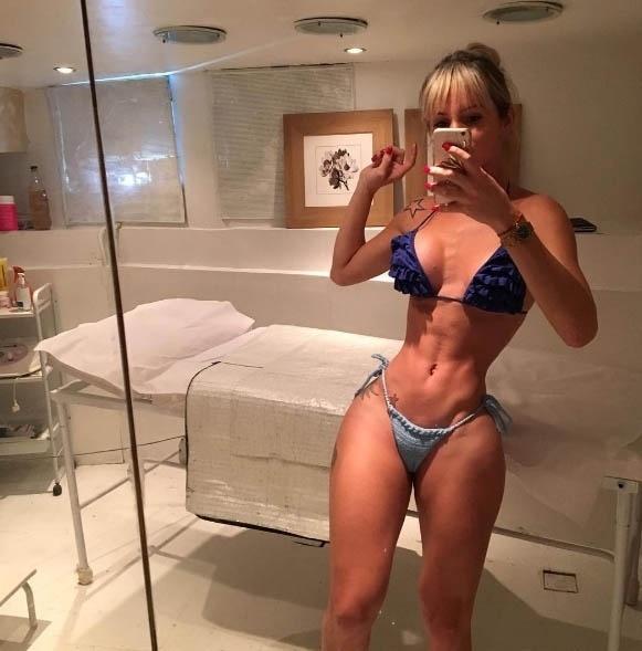 """14.jun.2016 - Que cintura é essa?! Thalita Zampirolli posou só de biquíni e mostrou suas curvas em foto postada no Instagram. A transex aparece com a cintura bem fininha e o corpo escultural, enquanto os seguidores comentam a imagem com muitos elogios. """"Cinturinha top"""" comenta um deles. Outro questiona: """"Isso é real"""""""