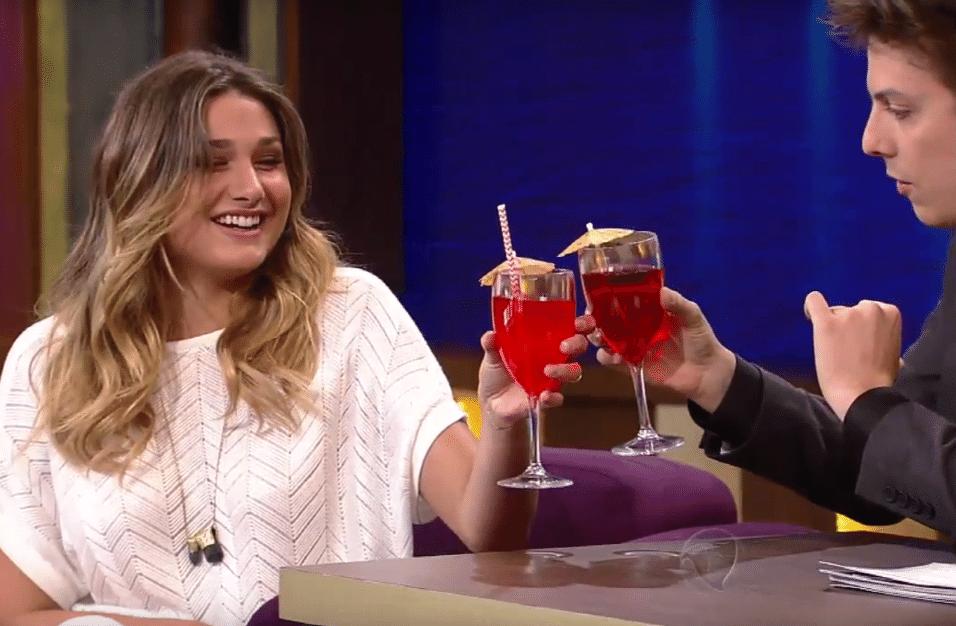 24.ago.2016 - Sasha e Porchat fazem um brinde antes de começarem a entrevista