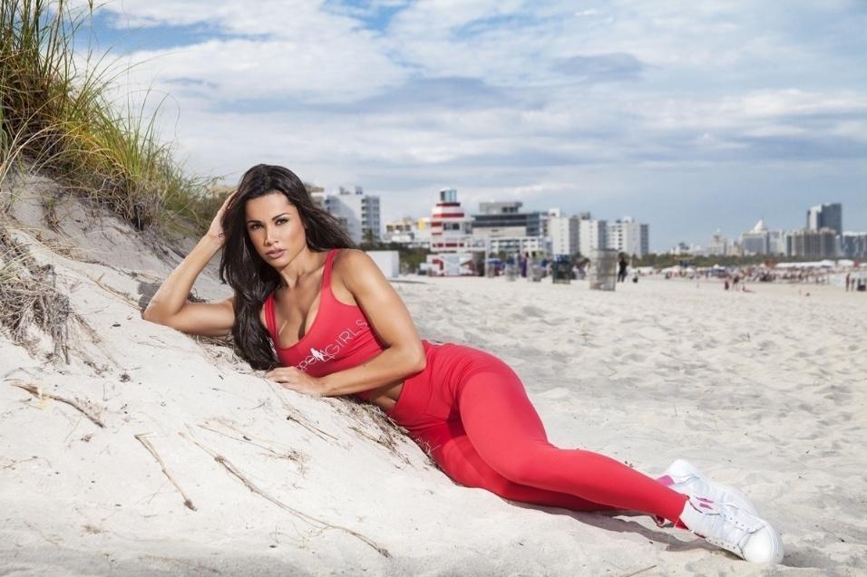 5.ago.2015 - À vontade, a musa posa toda de vermelho em praia de Miami, nos Estados Unidos