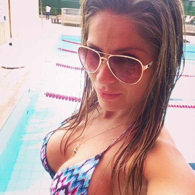 Biquíni combinando com as raias da piscina