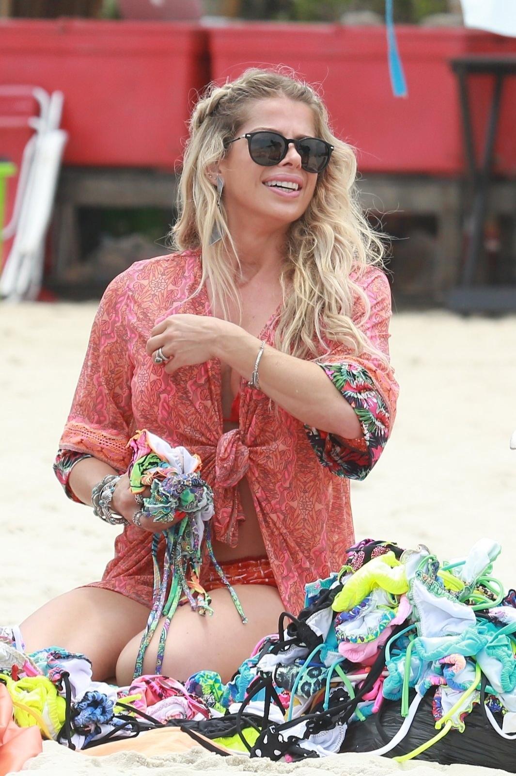 22.out.2015 - Karina Bacchi escolhe biquínis de vendedor ambulante na praia da Barra da Tijuca, no Rio de Janeiro. A gata foi à praia com uma amiga mas com o tempo fechado, ficaram pouco tempo