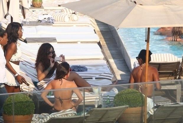 29.set.2015 - Na imagem, Rihanna tira foto durante sua estadia em um hotel de luxo do Rio de Janeiro. A cantora se apresentou no Rock in Rio no sábado (26)