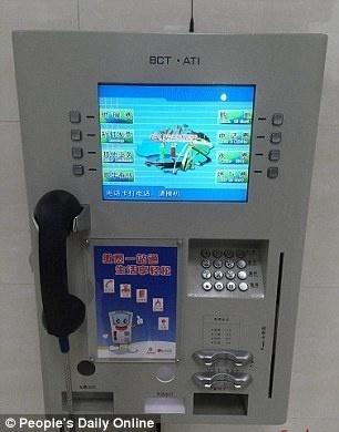 18.dez.2015 - Caixa eletrônico disponível nos novos banheiros permite pagar contas e fazer ligações telefônicas
