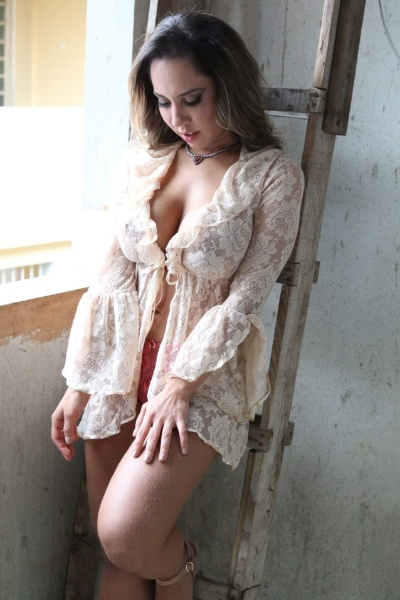 5.mai.2016 - Mulher Melão sensualiza durante ensaio para a Sexy na comunidade de Heliópolis