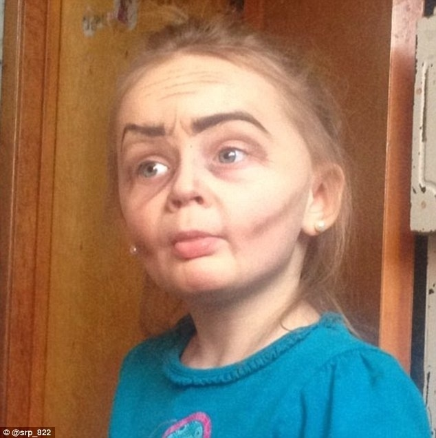 8.jan.2016 - Maquiada pela tia, Roey, de 3 anos, ficou parecendo uma vovózinha