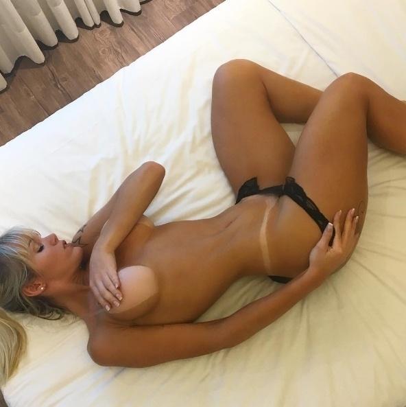 """29.jul.2016 - Thalita Zampirolli abusou da ousadia e postou uma foto pra lá de sexy nas redes sociais. A transexual aparece de topless, quase nua, para mostrar as marquinhas de bronzeado. Na web, os marmanjos foram ao delírio. Além das mais de 2 mil curtidas da imagem, a modelo ganhou diversos elogios dos seguidores, como """"línda"""", """"sexy"""", entre outros"""