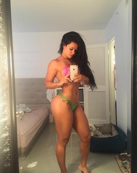 10.set.2015 - Este selfie no espelho rendeu muitos elogios no Instagram da musa fitness Sue Lasmar.