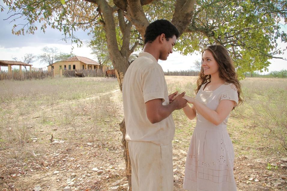 """2013 - Luiz Gonzaga (Land Vieira) e Nazinha (Cecília Dassi) em cena de """"Gonzaga de Pai pra Filho"""""""