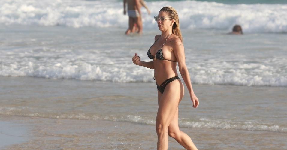 22.dez.2015 - A atriz Danielle Winits curtiu o mar na praia da Barra da Tijuca, no Rio de Janeiro, na tarde da segunda-feira (21)