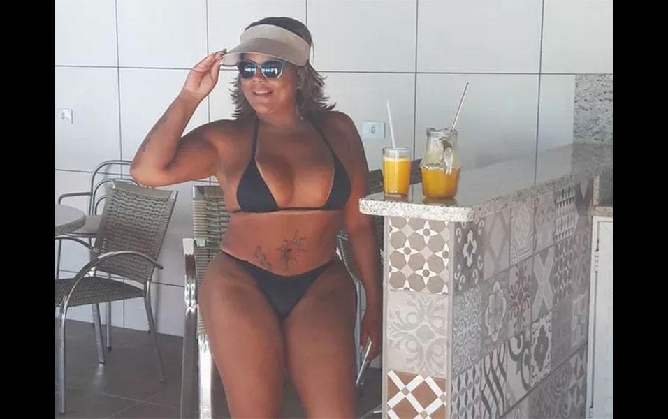 """5.nov.2016 - Curtindo o calorizão do sul do Brasil, Tati Quebra Barraco também tomou uns """"bons drinques"""""""