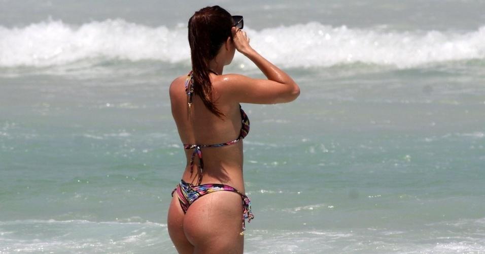 15.out.2015 - A atriz Pérola Faria se refresca na praia da Barra da Tijuca, no Rio de Janeiro, após um banho de sol