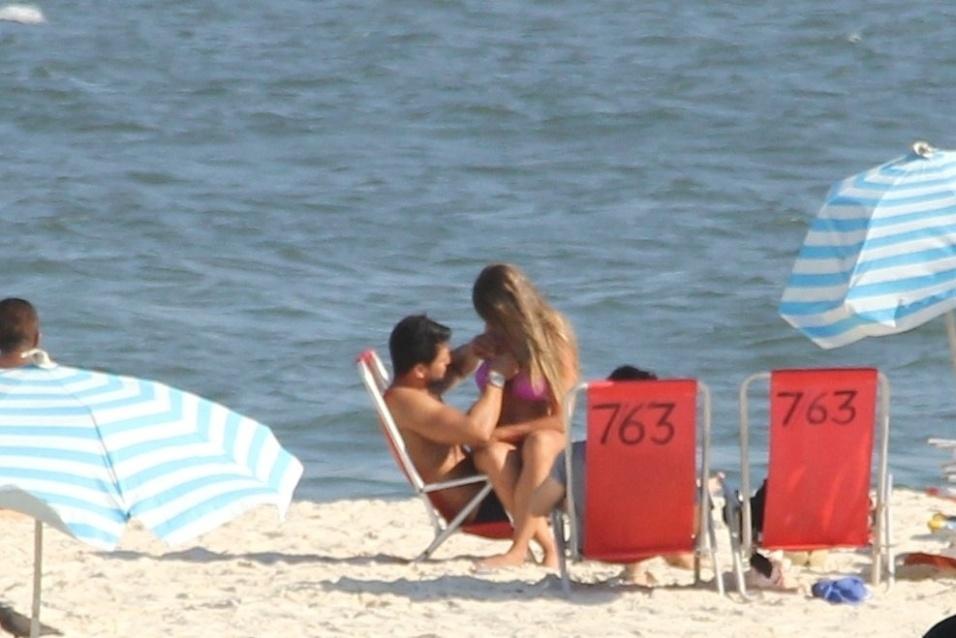 13.abr.2016 - De outro ângulo, Nicole Bahls e Marcelo trocam carícias em praia do Rio de Janeiro
