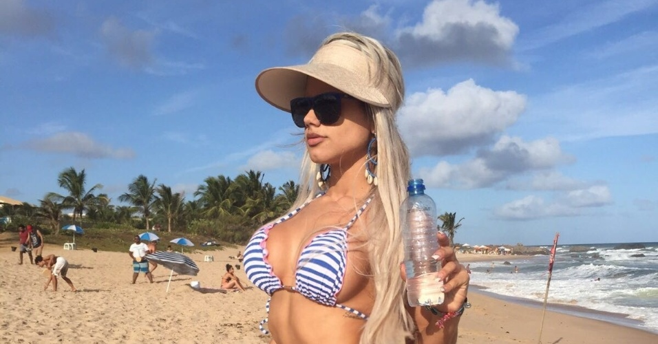 5.fev.2016 - A modelo Janaína Santucci prometeu surpresas para a sua estreia na Sapucaí. A garota de capa da