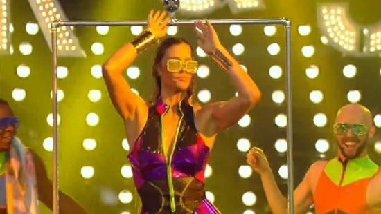 """13.fev.2016 - Entusiasmada, Fernanda Lima tomou banho de chuveiro durante o encerramento do seu programa, """"Amor & Sexo"""". Ao som de """"O dia em que o sol declarou o seu amor pela Terra"""" e com um óculos extravagante, a apresentadora não titubeou e fez algo que, aparentemente, não estava no script. No início da nova temporada, Fernanda Lima já havia tomado banho de espuma em uma banheira e ao som de Rita Lee."""