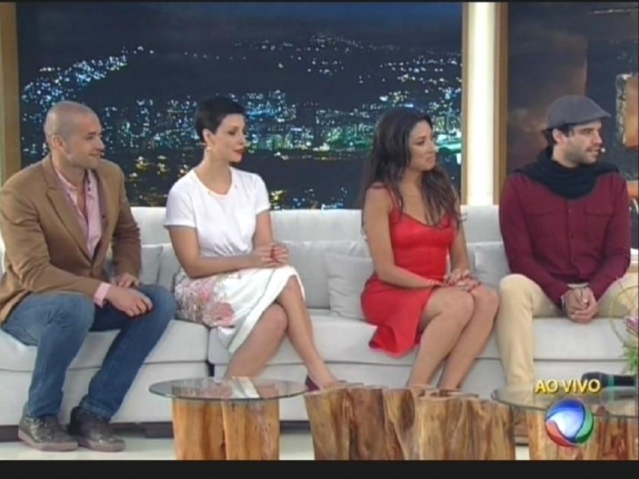 "17.ago.2015 - Na estreia de seu programa na Record, Xuxa entrevista os atores da novela bíblica ""Os Dez Mandamentos"", da mesma emissora"