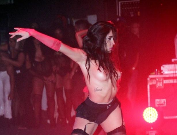 12.set.2015 - Ousadas, as dançarinas da funkeira Valesca Popozuda fizeram parte dançaram até de topless durante o show no Barra Music, na Barra da Tijuca, no Rio de Janeiro