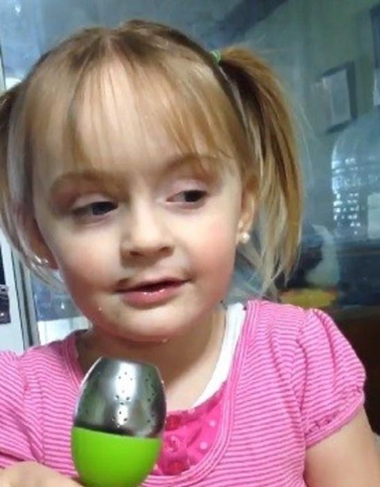 """8.jan.2016 - Roey, de 3 anos, em sua """"versão original"""" antes de ser maquiada pela tia"""