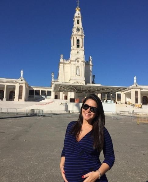 """4.mai.2016 - Thais Fersoza, que está grávida de cinco meses, curte Portugal ao lado de Michel Teló. """"Em Fátima agradecendo por tantas bênçãos..."""", escreveu na legenda da imagem"""