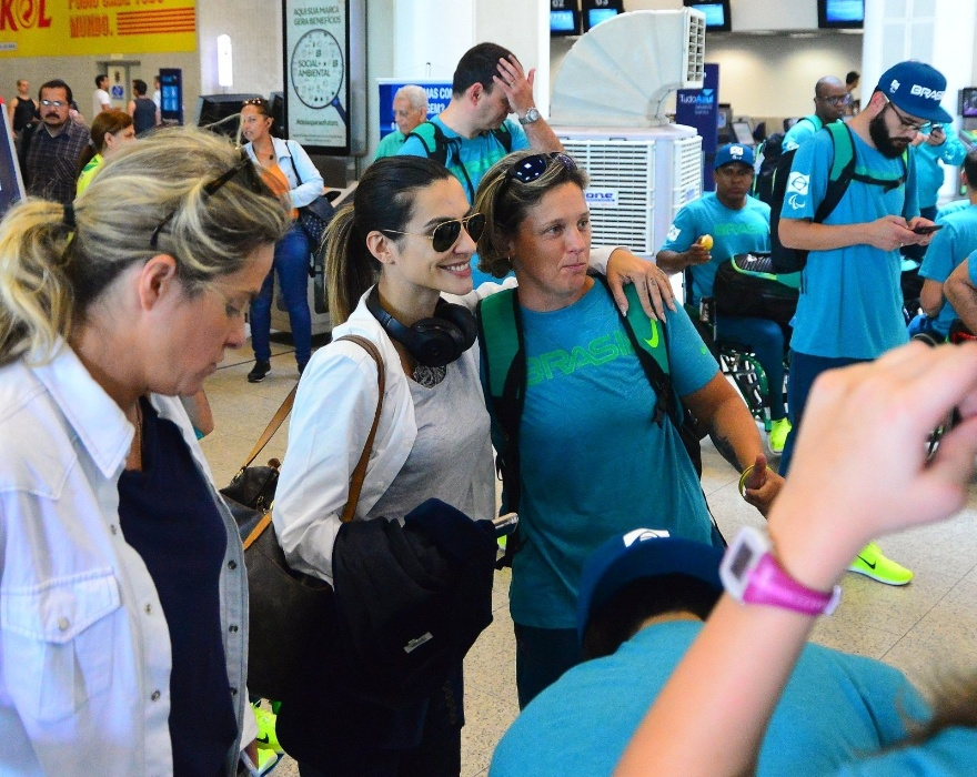 31.ago.2016 - Madrinha dos Jogos paralímpicos da Rio-2016, a atriz Cleo Pires posou com atletas no aeroporto Santos Dumont, no Rio de Janeiro