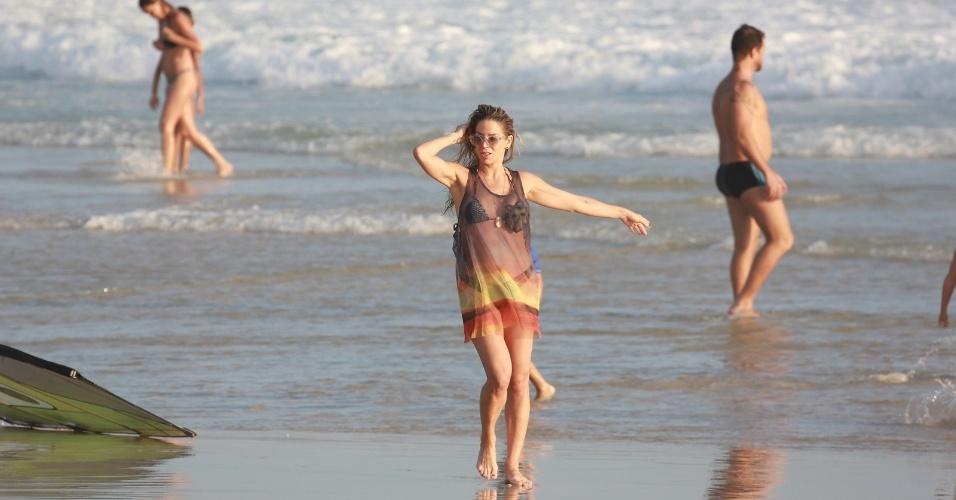 22.dez.2015 - Danielle Winitz deixa a praia da Barra da Tijuca, no Rio de Janeiro, na tarde desta segunda-feira (21)