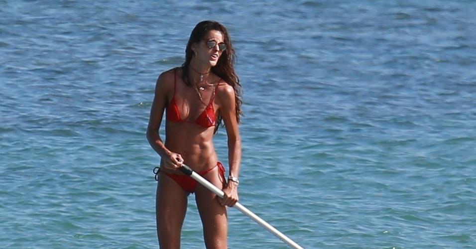 5.jan.2016 - A angel Izabel Goulart pratica standup paddle em Trancoso, na Bahia