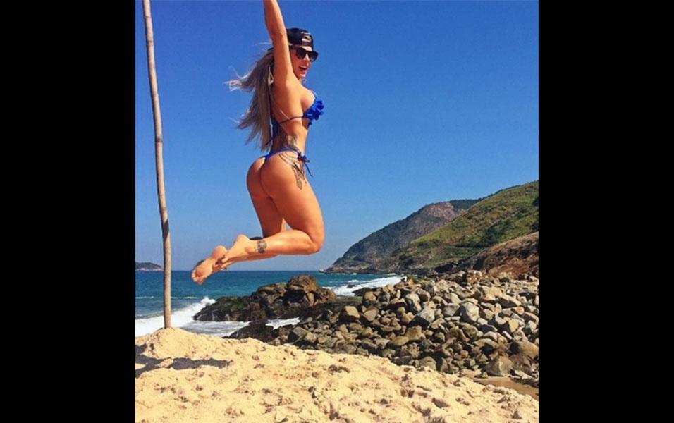 25.jul.2016 - Denise Rocha parece ter se divertido muito ao aproveitar o final de semana na Praia do Secreto, no Rio