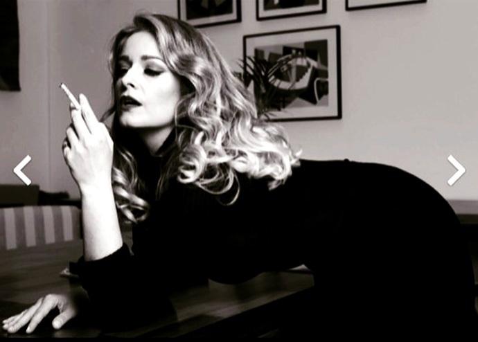 """25.ago.2015 - Aos 44 anos, Luciana Vendramini, ex-paquita e atual apresentadora do programa """"Elas"""", exibido pelo canal pago TCM, postou uma prévia indiscreta de um ensaio sensual que fez para a revista Itália. Na legenda, ela escreveu: """"Sem filtro, sem Photoshop"""""""