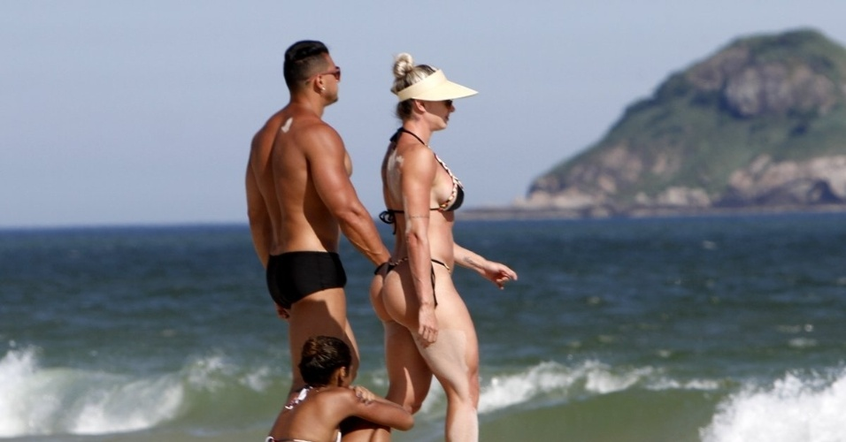 1º.fev.2016 - Felipe Franco e a esposa Juju Salimeni curtem praia no Rio, a ex-panicat exibiu um corpo todo musculoso e a barriga sequinha