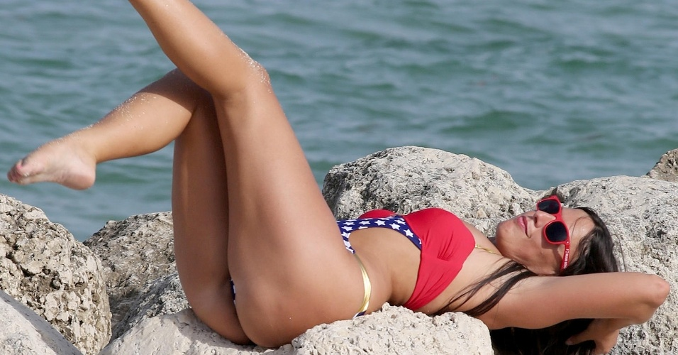 2.jul.2015 - Claudia Romani fez poses provocantes para o fotógrafo