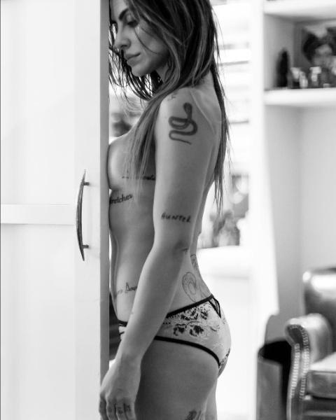 """6.out.2016 - Cleo Pires posa para o projeto """"Essa Minha Mulher"""": """"To sempre no fundo e nunca no raso, e eu sei onde eu quero chegar"""", escreveu a atriz para o foto em que é clicada de topless"""