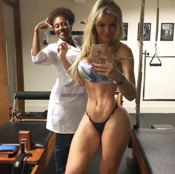 """31.ago.2016 - Em outra imagem, Thalita Zampirolli aparece ao lado da profissional que trabalha para ajudar a transexual a ficar com o corpo enxuto. """"Carimba que ela é top"""", escreveu a beldade na legenda"""
