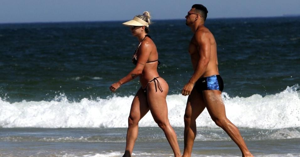 1º.fev.2016 - Juju Salimeni e o marido Felipe Franco passeiam pela praia da Barra da Tijuca, no Rio de Janeiro