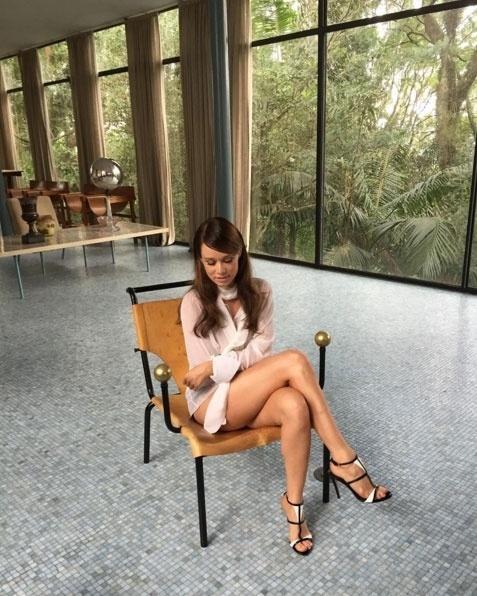 25.abr.2016 - Com as pernas à mostra, Mariana Ximenes compartilhou nas redes sociais uma das fotos de seu ensaio para a revista Claudia. O clique foi feito pelo fotógrafo Fernando Louza