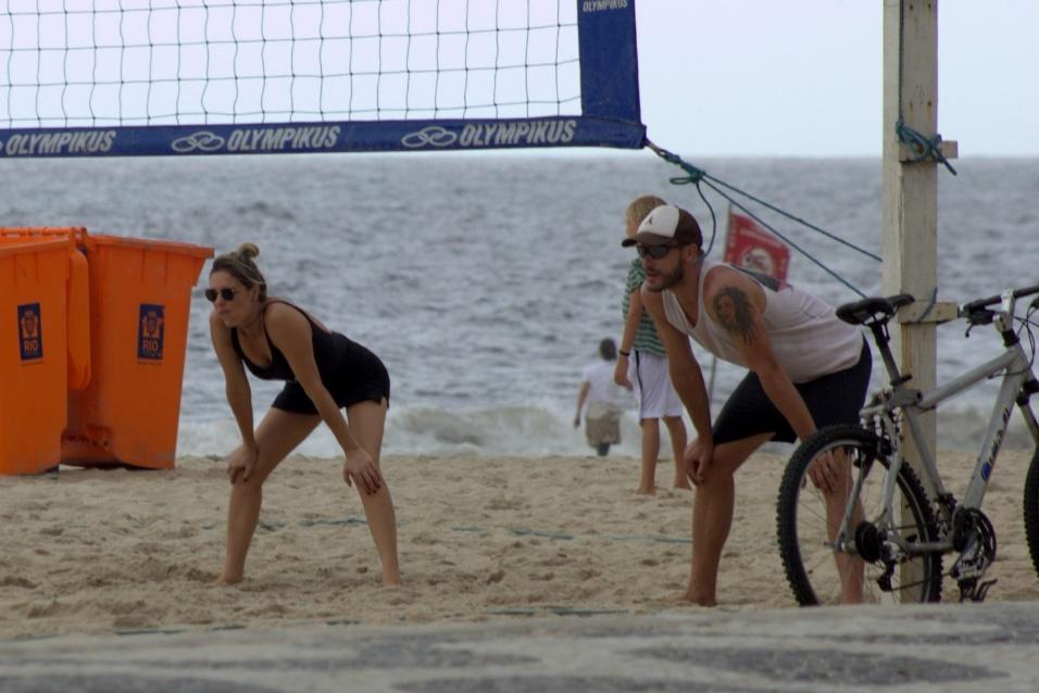 3.jan.2016 - Em ótima forma, o casal Fernanda Lima e Rodrigo Hilbert aproveitaram o primeiro domingo do ano jogando vôlei na praia do Leblon, no Rio de Janeiro. Acompanhado de amigos, o casal mostrou que também formam uma ótima dupla no esporte