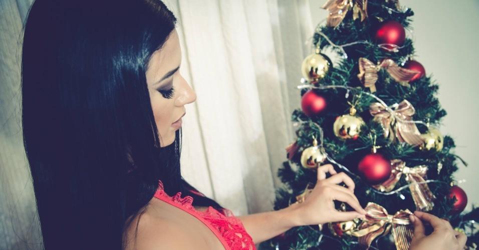 14.dez.2015 - Está vendo este lingerie sexy no corpo de Cintia Vallentim (também conhecida como Índia Fitness)? Pois ela pode ser sua! A beldade está leiloando a peça para um bom motivo: o valor arrecadado será destinado a crianças carentes que pediram presentes nas famosas cartinhas de Natal dos Correios. No leilão de Cintia também tem uma Playboy autografada.