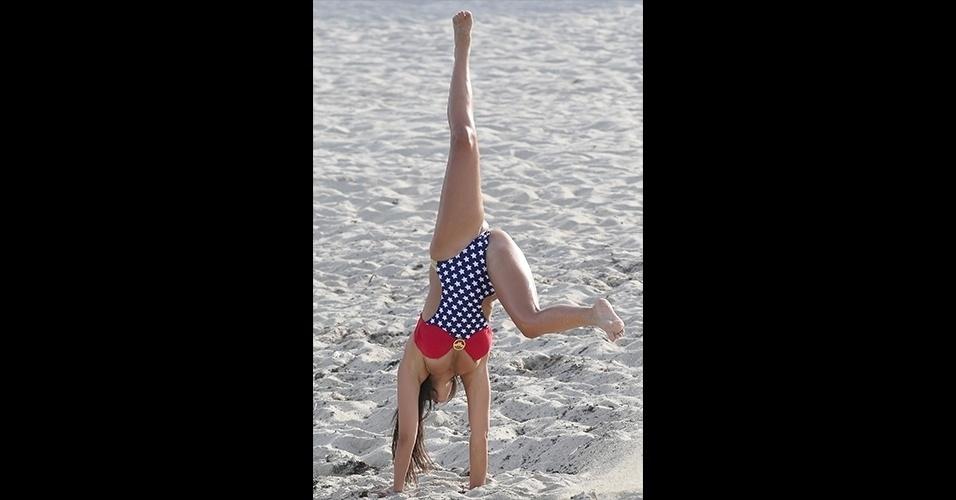 2.jul.2015 - A modelo aproveitou o calor de Miami para se divertir em uma praia local