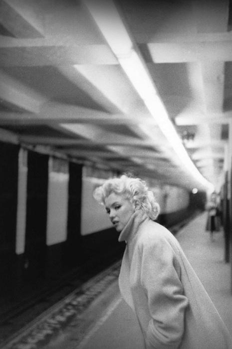 29.jul.2015 - Marilyn Monroe fica linda até nesta imagem em que aparece à espera do metrô