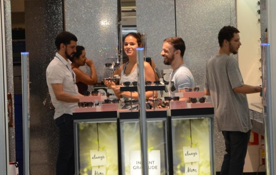 25.abr.2016 - Bruna Marquezine se divertiu com os funcionários da loja enquanto escolhia um dos modelos