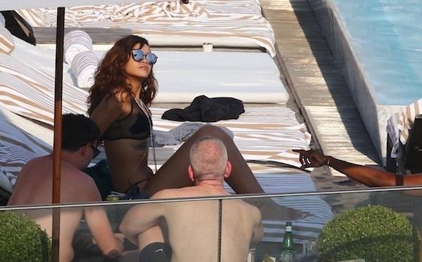 29.set.2015 - Como é de costume, Rihanna não passou despercebida durante sua visita à Cidade Maravilhosa. A cantora, que se apresentou no Rock in Rio no sábado (26), aproveitou algumas horinhas do domingo (27) para curtir um dia de sol em um hotel de luxo onde estava hospedada. O biquíni da artista chamou atenção. Rihanna usava uma peça transparente com um tecido escuro que cobria apenas os mamilos. As imagens da cantora foram divulgas nesta segunda-feira. Rihanna já deixou o Brasil e está em Santiago, no Chile, para um show