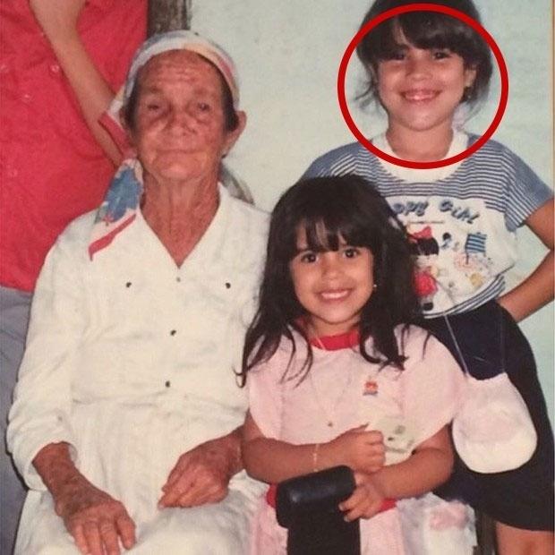 """25.jan.2016 - Se você achou que essa menina da foto é a Wanessa Camargo, acertou. A imagem postada por Zilu Camargo, ex-mulher de Zezé, traz a cantora ao lado de sua irmã, Camila, e de sua bisavó. """"Bom dia! Essa foto me trás recordações boas, a Wanessa e Camilla com a bisavó paterna delas!"""", escreveu Zilu, no Instagram."""