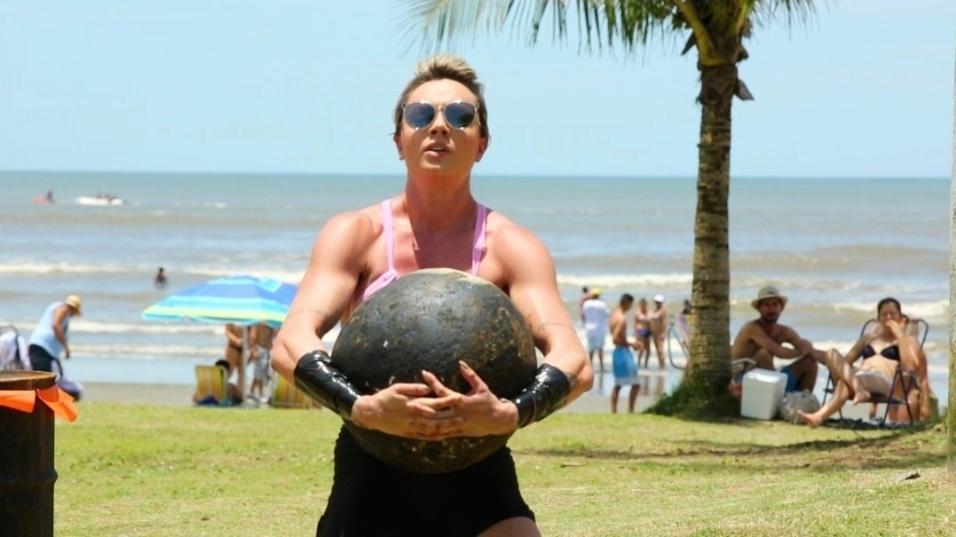 25.fev.2016- Juju Salimeni levanta uma bola de ferro de 50 quilos no quadro