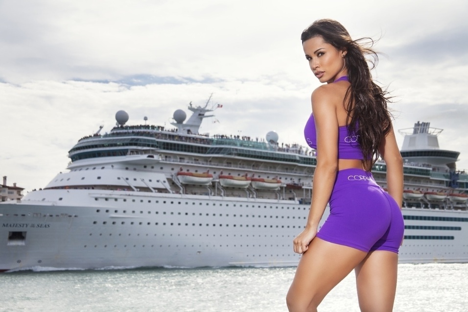 5.ago.2015 - A modelo e bailarina do 'Domingão do Faustão' afirmou, ainda, que nem sempre consegue tempo para os treinos e dedicação total à dieta por conta das viagens
