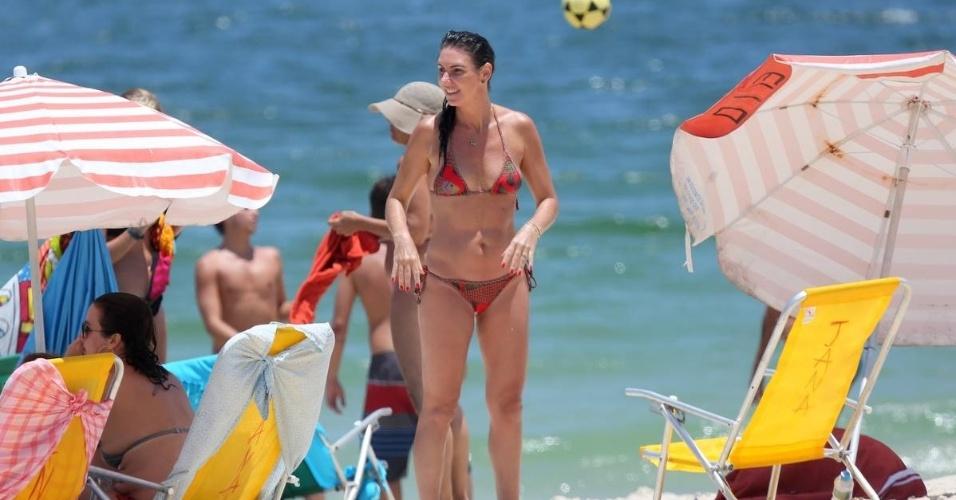 2.fev.2016 - Com o bom tempo no Rio de Janeiro, Glenda Kozlowski aproveita o sol na praia