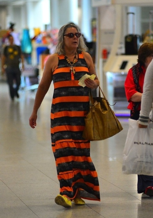 6.nov.2015 - Vera Fischer foi flagrada com um look despojado e sem maquiagem no aeroporto Santos Dumont, no Rio de Janeiro