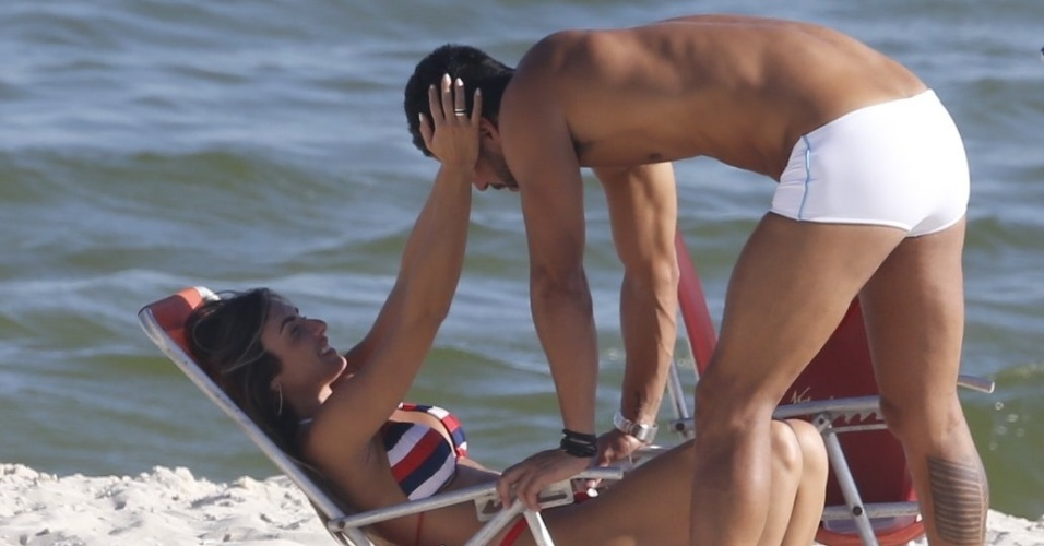 1º.fev.2016 - Nicole Bahls e Marcelo Bimbi trocam carinhos na praia da Barra da Tijuca, no Rio de Janeiro